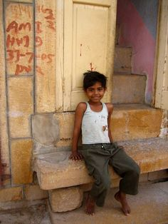In the Indian slums you will see many more smiling people than in the prosperous business districts of other cities around the world. This is despite the fact that most people live below the poverty line.