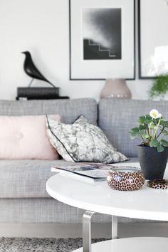 neutral livingroom with blush