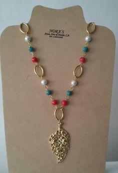Collar Largo elaborado con materiales de buena cálidad y piedras perlas turquesa y fosil dije con baño de oro