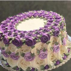 imagen descubierto por * 🎀 𝒵𝒾𝑔 𝒵𝒶𝑔 𝒵𝒾𝓅𝓅𝓎 𝟣𝟪𝟪𝟦 🎀 *. Descubre (¡y guarda!) tus propias imágenes y videos en We Heart It Cake Decorating Frosting, Creative Cake Decorating, Cake Decorating Designs, Cake Decorating Videos, Birthday Cake Decorating, Cake Decorating Techniques, Creative Cakes, Cake Designs, Pretty Cakes