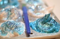 Paint Recipe Homemade Frozen Ice Paints inspired by the movie; these paints have the most glorious fluffy and icy textureHomemade Frozen Ice Paints inspired by the movie; these paints have the most glorious fluffy and icy texture Frozen Painting, Ice Painting, Frozen Art, Painting Bathtub, Elsa Frozen, Painting For Kids, Disney Frozen, Make Rock Candy, Mobile Home Decorating