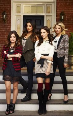 Lucy Hale & Troian Bellisario: 'Pretty Little Liars' Season Four Promo Pics!: Photo Lucy Hale, Troian Bellisario, Ashley Benson and Shay Mitchell pose for some group photos on a porch for the upcoming season of Pretty Little Liars. The four girls… Ashley Benson, Pretty Little Liars Saison, Pretty Little Liars Outfits, Spencer Hastings, Shay Mitchell, Pretty Little Liars Actrices, Estilo Aria Montgomery, Pll Outfits, Pretty Little Liers