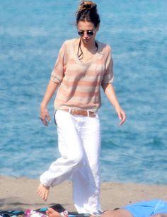 La actriz Ana Fernández apuesta por uinos pantalones oversize en blanco y jersey de punto a rayas en nude y salmón.