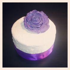 Gefeliciteerd janneke en tommy. 1JaarGetrouwdTaartje. Met grote open paarse roos. Wedding Cakes, Desserts, Tailgate Desserts, Wedding Pie Table, Dessert, Wedding Cake, Deserts, Cake Wedding, Food Deserts