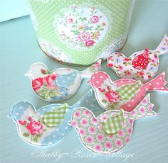 Shabby-Roses-Cottage Design-I can make these with my Elegant Bird Die from Stampin' Up! and my Big pet boy Bird Crafts, Felt Crafts, Fabric Birds, Fabric Scraps, Scrap Fabric, Craft Projects, Sewing Projects, Quilting, Deco Originale