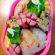 急いで作ったら溢れ出そうなおにぎりに  ちらし寿司を握りましたが、娘の好きな桜でんぶを買い忘れてしまい、ブーイングでした  けど完食で帰ってきたのでよかった - 14件のもぐもぐ - おにぎり大き過ぎなお弁当 by kuyu1423