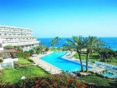 A cavallo tra Europa ed Asia, Cipro ha fuso in se le caratteristiche dei due continenti, presentandosi come un'isola tutta da scoprire.  Emozionanti paesaggi costellati di castelli, monasteri e rocche posizionati a breve distanza da meravigliose spiagge sabbiose e dal mare cristallino, hanno permesso a Cipro di essere considerata patrimonio mondiale dell'Unesco.  Visita il link: http://www.vacanze.clubviaggi.it/italian/vacanze-dettaglio.php?sEBView=struttura=5809=true