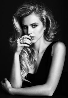 Black and White Portrait Fashion Photography Poses, Face Photography, Photography Women, Modeling Fotografie, Glamour Hair, Beauty Portrait, Female Portrait Poses, Black And White Portraits, Portrait Inspiration