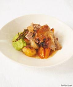 Sonntagsessen deluxe: Zartes Fleisch mit geröstet em Gemüse und knalligem Erbsenpüree finden wir hitverdächtig.