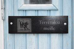 Kivinen Cave Canem tervetulokyltti toivottaa vieraat tervetulleiksi ja samalla varoittaa arempia koirista.