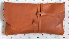 Leather Wrap Clutch | 25 Adorable Purses And Bags You Can Make Yourself Diy Leather Clutch, Best Leather Wallet, Leather Bag Pattern, Leather Pouch, Leather Bags, Leather Cover, Diy Handbag, Diy Purse, Classic Christmas Gifts