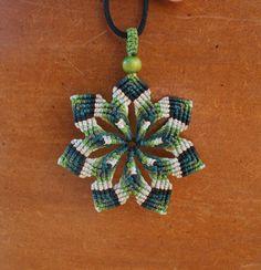Mandala macrame GREEN STAR SNOWFLAKE, estrella de siete puntas multicolor de hilo encerado en tonos verdes copo de nieve de CreacioneSinPatrones en Etsy Macrame Earrings Tutorial, Macrame Tutorial, Earring Tutorial, Macrame Necklace, Macrame Jewelry, Macrame Bracelets, Crochet Earrings, Ethnic Jewelry, Collar Macrame