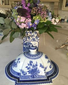 #flowers#kindness#giftsfromfriends#mottahedehchina #mottahedeh after a rocky day yesterday, today was about  sunshine, flowers, friendship and a lots of blue and white!! These magnificent flowers came from a thoughtful friend and this fabulous piece is my own from iconic @mottahedehchina