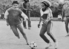 Bob Marley et son groupe de musique affrontant les Canaris du FC Nantes le 9 juillet 1980 à la Beaujoire.
