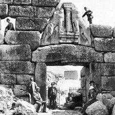 Heinrich Schliemann e Wilhelm Dorpfeld fotografati presso la Porta dei Leoni di Micene nel 1885
