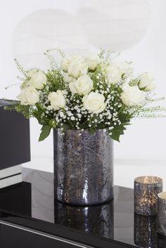 Vakker hvit rosebukett med brudeslør