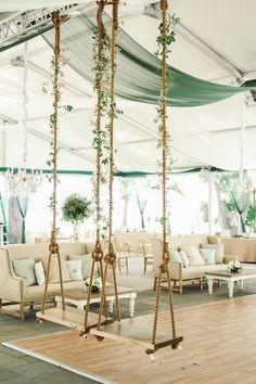 Selten habe ich eine so luxuriöse Hochzeit gesehen! Braut Nicole hatte sich die Hochzeit von Sängerin Jessica Simpson zum Vorbild genommen. Und die hat in einem opulent geschmückten Zelt geheiratet. So wurde also ein Zelt vor der Villa aufgestellt. Was es so besonders macht ist die Ausstattung. Vorhänge in verschiedenen Farben wehen im Wind, rund um die Tanzfläche stehen antike Sofas, jeder Tisch hat ein opulentes Blumengesteck in der Mitte und – das Beste kommt zum Schluss – rund um die…