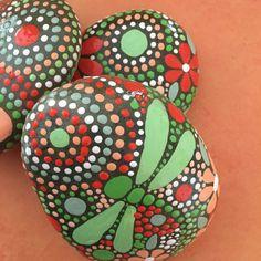 ¡ ENVÍO GRATIS! Mano pintada Río Piedras - campos de colección de color Trio #42  (3) piedras - (1) 3.50 X 3 X 1 - (1) 3 X 3 X. 50 (1) 3 X 2,50 pulg. X. 50 Peso total - 25,50 onzas  Mandala inspirado en diseño - motivo de libélula - Natural Home Decor Jardín de arte - final de la laca resistente a la intemperie  Como en la naturaleza no hay dos etéreos y piedras de la tierra son iguales. Cada piedra y su diseño es único. Trabajo con forma, tamaño y textura para crear una mezcla singular de…