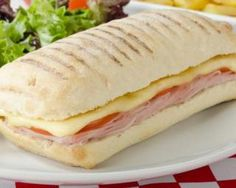 Slimming panini with ham and emmental light: www. Panini Sandwiches, Wrap Sandwiches, Pizza Wraps, Low Carb Bagels, Bruchetta, Bagel Recipe, Tomato And Cheese, Paninis, How To Cook Quinoa