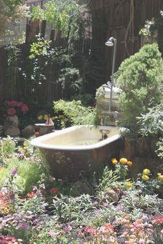 garden bath c'est un bain de plaisir pour les animaux qui peuvent non s'abreuvoir mais aussi servir d'humidificateur, récupérateur d'eau de pluie et agencer avec une pompe Devenir une fontaine rétro moderne: coup de cœur assuré pour un recyclage réussi