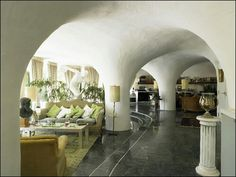 Cob pillars are the dominating architectural feature in this room. I do like the open space feeling.
