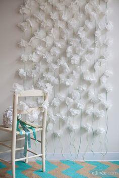 Decorar con servilletas de papel transformadas en rosas blancas