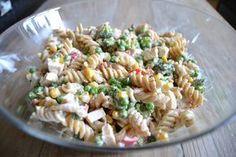 Super lækker opskrift på en cremet pastasalat med kylling, bacon og masser af grønt. Perfekt til både frokost, aftensmad og madpakker. Pasta Recipes, Salad Recipes, Dinner Recipes, Great Recipes, Cooking Recipes, Food N, Good Food, Food And Drink, Healthy Cooking