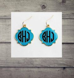 Enamel Quatrefoile Monogrammed Earrings -Fashion Jewelry- Matching set available Fashion Jewelry Necklaces, Girls Jewelry, Fashion Bracelets, Fashion Earrings, Jewelry Gifts, Monogram Earrings, Monogram Jewelry, Personalized Jewelry, Grad Gifts