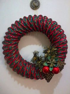 Veniec Christmas Paper Crafts, Christmas Wreaths, Christmas Decorations, Holiday Decor, Topiary, Handicraft, Needlepoint, Wicker, Diy And Crafts
