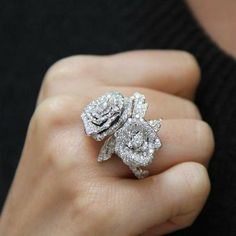 Rose Dior Bagatelle diamond ring in white gold Rose Dior Bagatelle diamanten ring in wit goud Dior Jewelry, Bridal Jewelry, Jewelry Rings, Jewelry Accessories, Jewelry Design, Fashion Jewelry, Jewelry Ideas, Gold Fashion, Wedding Accessories
