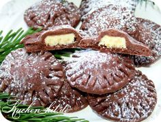 Dark short pastry cookies with a core of white chocolate These short pastry cookies offer you a spec Cookie Frosting, Cupcake Cookies, Short Pastry, Biscuits, Vegan Carrot Cakes, Shortcrust Pastry, Xmas Food, Shortbread Cookies, Four