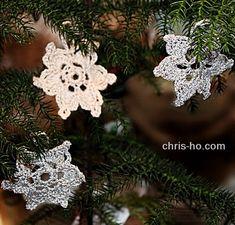 En liten snøkrystall for 2019 Kos, Crochet Earrings, Christmas Ornaments, Holiday Decor, Design, Home Decor, Threading, Decoration Home, Room Decor