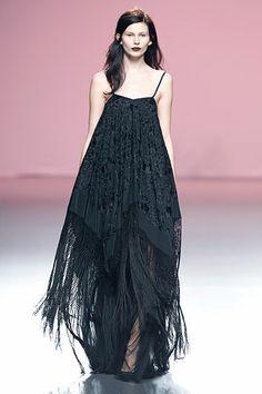 Impresionante vestido negro inspirado en los mantones de Manila de Juan Duyos en MBFW 2014