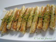 C'est ma fournée !: Cigares aux amandes 1 paquet de feuilles de bricks 250 g de poudre d'amandes 150 g de sucre glace 2 blancs d'oeuf Quelques gouttes d'amandes amères Quelques pistaches émondées non salées, et broyées grossièrement Zests de citron Sirop : 120g de sucre + 40 g d'eau + un bouchon de fleur d'oranger Zests de citrons et pistaches concassées pour la déco