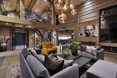 Dennefantastiske hytta er perfekt for deg som ønsker noe helt spesielt ingen andre har. Hytta holder en særdeles høy standard og alt av utstyr, innredning og materialvalg er valgt fra øverste hylle og etter nitidig planlegging. Arbeidene og løsningene bærer preg av utsøkt håndtverk. Med 6 soverom, tre stuer, tre bad og et digert kjøkken, er hytta et perfekt sted hvor mange kan nyte fjelle... Modern Cabin Interior, Modern Lodge, Stone Interior, Modern Rustic Homes, Luxury Interior, Interior Architecture, Interior Design, Wooden Cottage, Cabin Interiors