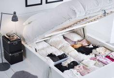 Tener una cama con canapé te aporta un espacio de almacenaje extra para guardar la ropa fuera de temporada