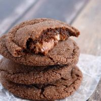 Watch out, these Chocolate Rolo Cookies are addicting! Chewy chocolate cookies with a surprise caramel filling are hard to resist! Cookie Desserts, Cupcake Cookies, Cookie Recipes, Keto Cookies, Sugar Cookies, Cupcakes, Holiday Baking, Christmas Baking, Christmas Goodies
