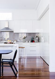 Minus the exhaust and with marble splashback white gloss kitchen, Tom Dixon dining chairs, Lauren David Seeman Melbourne home, via the design files Kitchen Living, New Kitchen, Kitchen Decor, Kitchen Ideas, Mini Kitchen, White Glossy Kitchen, Compact Kitchen, Kitchen Small, Glass Kitchen