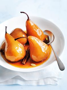 CHAI POACHED PEARS With cinnamon and cardamom, these poached pears are delicious served warm. Pear Recipes, Fruit Recipes, Sweet Recipes, Dessert Recipes, Cooking Recipes, Donna Hay Recipes, Mascarpone Recipes, Pear Dessert, Delicious Desserts