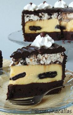Oreo Dream Extreme Cheesecake recipe This is my version of The Cheesecake Factory's Oreo Dream Extreme Cheesecake - a real food porn and a divine dessert Sweet Desserts, Vegan Desserts, Delicious Desserts, Dessert Recipes, Oreo Mousse, Cakes Plus, Cheesecake Desserts, Just Cakes, Eat Dessert First