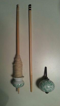 Drop spindle - DIY: put a porcellain furniture knob on a chopstick, cut out a rim on top to secure the fibre. Et voilà!