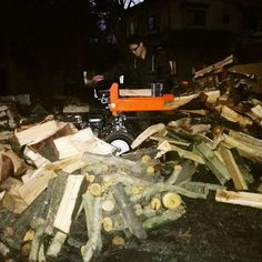 【kiyadesign】さんのInstagramをピンしています。 《【アリとキリギリスの薪割り作業】 * 本日仕事納めにする予定でしたが、 天気が良かったので薪割り作業! 来年、冬用の薪を作っています。 新たに薪を置く棚も作り順調です。 * ナラ、カシ、サクラなどの堅木を 取り揃えていく予定です。 薪としては安価な杉も多少 用意しようと思っています。 * 薪でお困りの方、お気軽にご連絡くださいませ。 来年冬より販売開始いたします。 * 明日、仕事納めの予定です(^^) * #KIYADESIGN #阿賀野市 #新潟県 #自然 #森 #山 #木工 #木の皿 #木のカトラリー #薪ストーブ #薪 #ハンドメイド #wood #woodworking #woodturning #furniture #handmade》