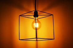 Luminaria Linha Leve, em metal, indicada para lâmpadas de filamento de carbono ou led, emoldura e protege a lâmpada