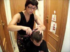 En este vídeo os enseñamos cómo cortar el pelo en casa con máquina y a peine y tijera. Mas info: http://www.ahorradoras.com/2012/09/pasos-a-seguir-para-corta...