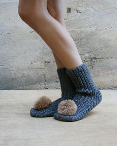 are you headed to the snow and clueless what to pack? here are must have snow accessories: Sunglasses Gloves Beanies Slippers! Cozy Fashion, Kids Fashion, Winter Fashion, Little Girl Shoes, Baby Alpaca, Rachel Comey, Knitting Socks, Slippers, Slipper Socks