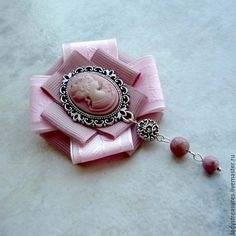 """Брошь-орден """"Rose powder"""" с камеей и подвесками из родонита. Изысканный аксессуар - брошь орден в винтажном стиле. Брошь-орден выполнена из репсовых лент пыльно-розового цвета с добавлением жаккардовой полупрозрачной ленты светлого оттенка, украшена камеей в металлической оправе цвета античного серебра с подвесками из натурального родонита в цвет камеи и лент. Все украшения продаются в подароч"""