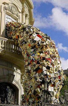 Escultura de libros de la artista Alicía Martin