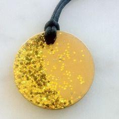 Pendentif rond en béton doré et décoré de paillettes dorées
