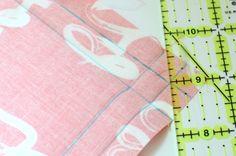 ¿Quieres un proyecto de costura DIY fácil.  Aprender a coser servilletas de tela simples con esquinas biseladas.  También se incluyen los pasos para añadir información de guillotinado pompón a sus servilletas.  Todo lo que necesita son unos cuartos de grasa y la capacidad de coser una puntada recta.