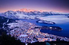 Квинстаун, Новая Зеландия. Город Квинстаун стоит рядом с прекрасным озером Вакатипу. Из этого места открывается потрясающий вид на окружающие горы, в том числе на Ремаркаблс.